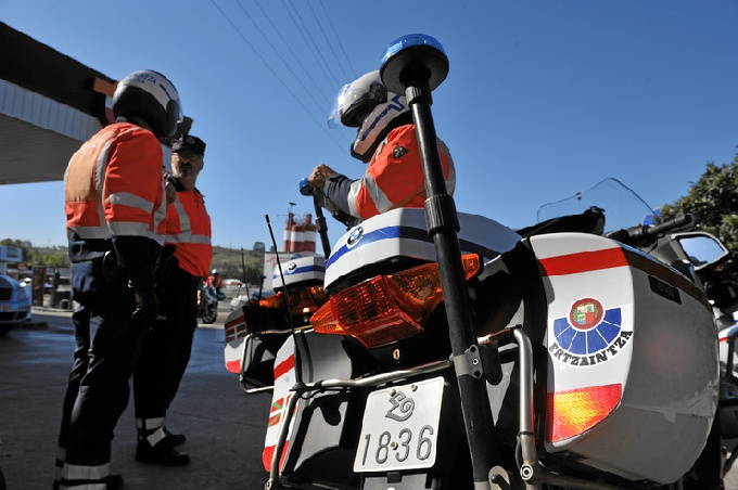 Agentes de la Ertzaintza preparando un dispositivo policial. FOTO: Mikel Arrazola (Irekia, Gobierno vasco)