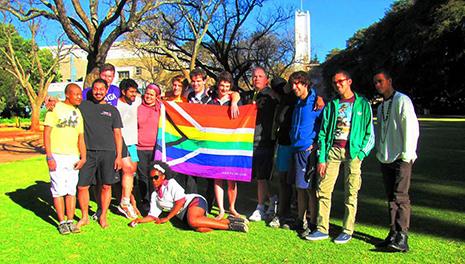 Aimar junto a miembros del equipo de rugby queer de la Universidad de Wits