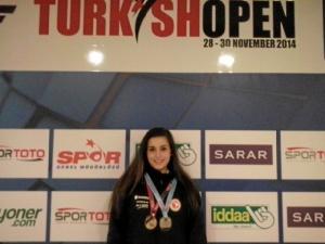 Jone, posando con las dos medallas logradas en el torneo de Turquía. FOTO: Club Gimnástico Bilbao