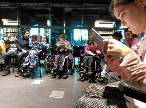 Visita al primer club de lectura fácil para personas con parálisis cerebral en Bilbao