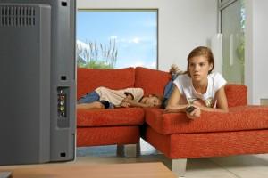 Los adolescentes donostiarras pasan una media de 2,5 horas al día ante el televisor; los de Dublín, 4,5.