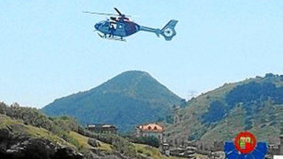 Un helicóptero de la Ertzaintza rescata a un montañero en el macizo del Gorbea