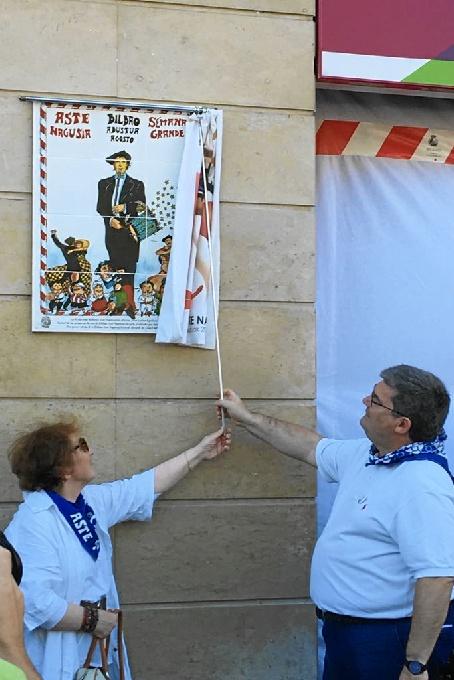 Descubierta la reproducción en cerámica del primer cartel de Aste Nagusia en homenaje a Juan Carlos Eguillor
