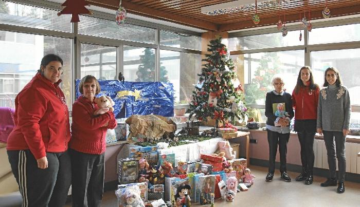 Personas mayores de centros de día de Bizkaia recogen decenas de juguetes nuevos para cruz roja