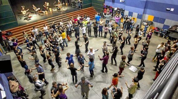 Aiko taldea se rodea de artistas en una gran romería en Durango el próximo 16 de diciembre bajo el lema 'muga gainetik dantzan'