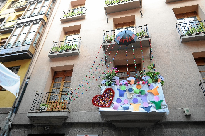 La balconada solidaria del centro de día de Cáritas, la más bonita del Casco Viejo de Bilbao